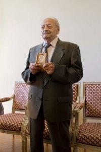 Raymond Lesueur, recevant sa médaille de Juste parmi les Nations - © Mélina Huet