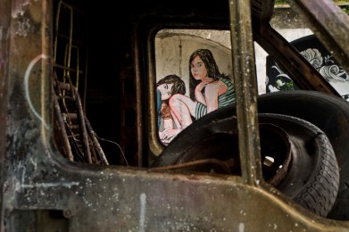 Oeuvre de Jana & JS en arrière plan // Photo: © Mélina Huet