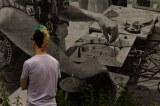 """Portrait d'un visiteur du In Situ art Festival (2014) devant la fresque réalisée en hommage au Festival Hip Hop """"Fête et Fort"""" de 1984 // Photo: © Mélina Huet"""