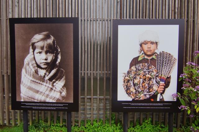 Jeune garçon Navajo. Comparaison entre une photo prise par Edward Curtis au début du Xxe siècle et une photo prise par Stirton en 2014, lors d'un spectacle de danse Pow Wow. [Photo: Mélina Huet]