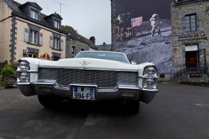 Une Cadillac vient se garer devant la maison de la photographie au moment où je dégaine mon reflex. Heureux hasard? Photo: © Mélina Huet